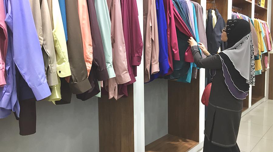 A woman is buying clothes;  image used for HSBC Malaysia Amanah Got a Big Hari Raya Credit Card Bill article