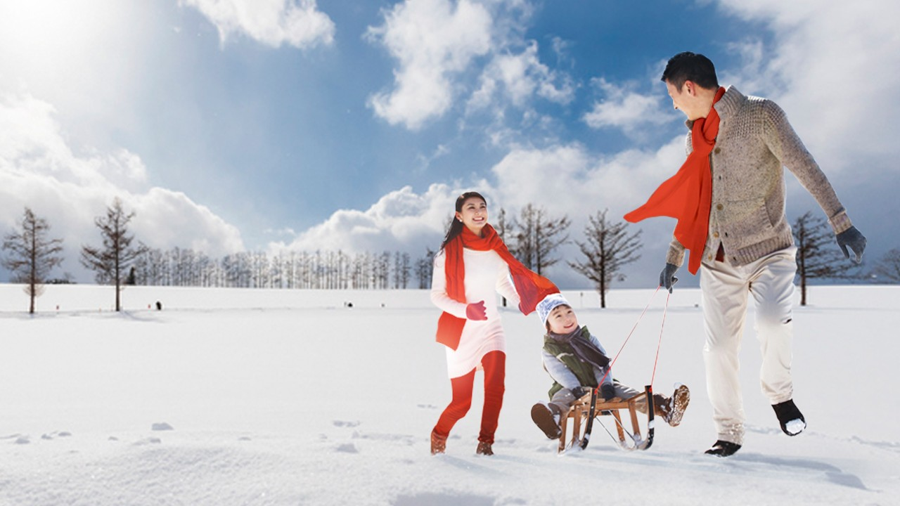 Family playing on the snow; image used for HSBC Malaysia get 10% plus 10% offer page