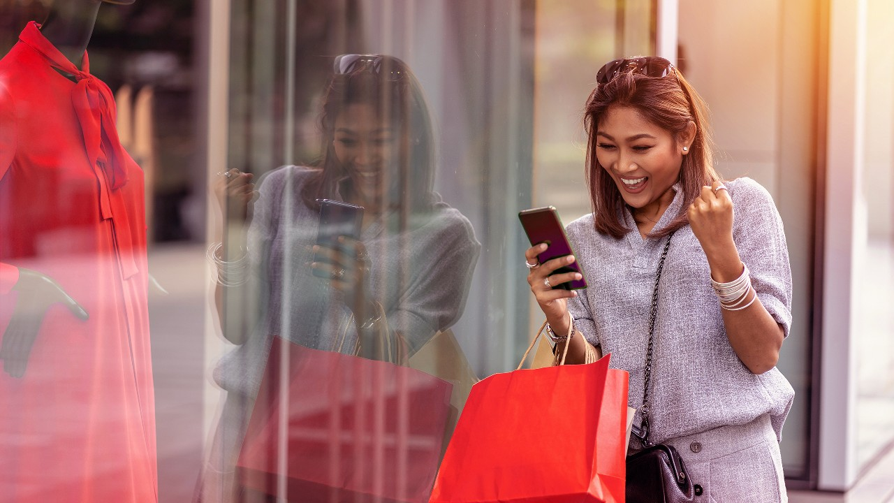 A lady shopping; image used for HSBC Malaysia Lazada 500 offer page