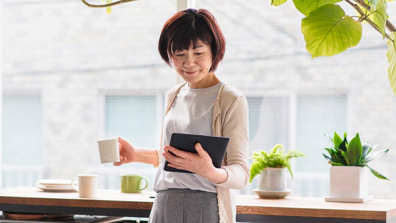 Woman using ipad; image used for HSBC's UniversalIncome Plan page.